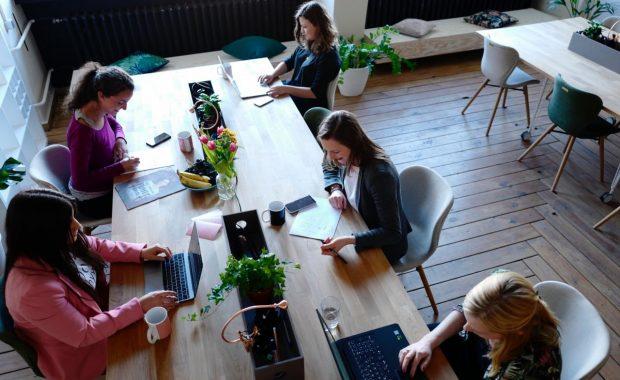 Ruang Coworking Indonesia: Poin-Poin Plus dibandingkan Bekerja dari Rumah
